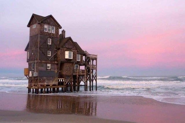 Beach House in North Carolina Slowly being relcaimed by the ocean